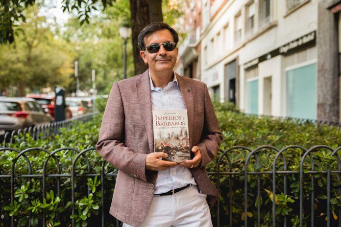 José Soto Chica posa con su libro